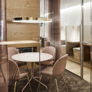Lyserød business mødelokale med designer stole og pejs