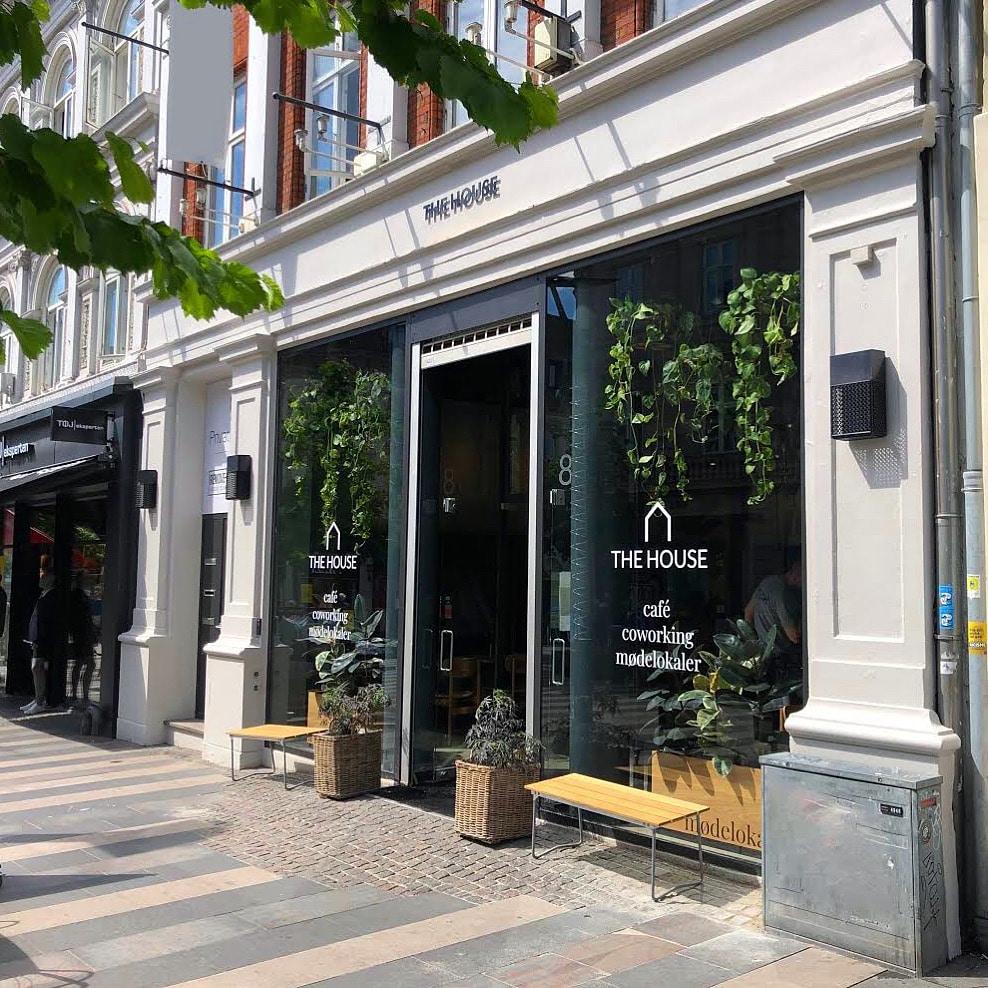 The House Cafe storefront med planter og bænke på gågaden i Aarhus