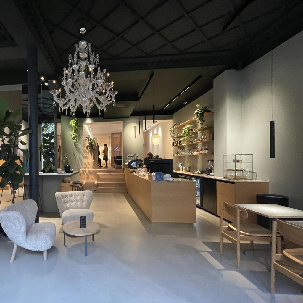 Elegant og hyggelig The House cafe med designerstole og lysekrone på gågaden i Aarhus