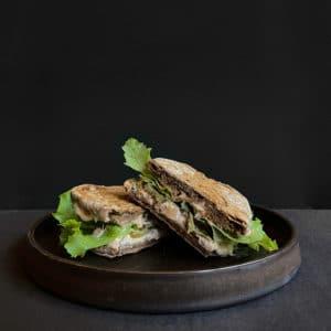 Sandwich med røget laksemousse, syltede agurker og jalapenos fra The House i Aarhus