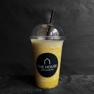 Ananas, passionsfrugt og ingefær smoothie fra The House på gågaden i Aarhus