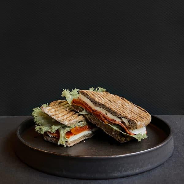 Sandwich med fennikelsalami og mozzarella fra The House på gågaden i Aarhus
