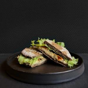 Vegetar Sandwich med hummus, artiskok og oliven fra The House i Aarhus